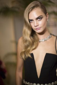 The Beauty Evolution of Cara Delevingne, from Model-on-the-Rise to It-Brit Icon At the amfAR Gala in Side Swept Hairstyles, Hairstyles With Bangs, Easy Hairstyles, Cara Delevingne Style, Celebrity Beauty, Celebrity Style, Teen Vogue, Belleza Natural, London