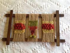 Pequeño textil Weaving Textiles, Weaving Art, Tapestry Weaving, Loom Weaving, Hand Weaving, String Crafts, Yarn Crafts, Diy Crafts, Macrame Wall Hanging Diy