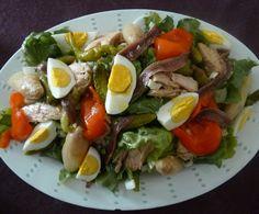 Ensalada huertana tomate de bote huevos cocidos aceitunas negras con sal tomate natural huevos duros latas de atún aceite de oliva cebolla en juliana