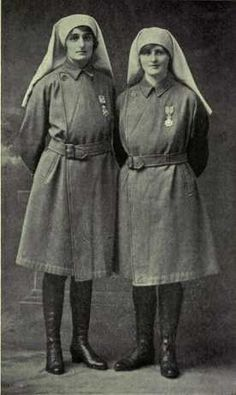 Due infermiere nella prima guerra mondiale. Nurses WWI. Elsie Knocker and Mairi Chisholm (https://pinterest.com/pin/287386019947567264), two women from Great Britain who worked close to enemy fire in Belgium and were decorated with the Chevalier of the Order of Leopold II by King Albert for their courageous efforts.