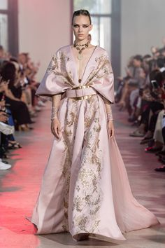 Elie Saab Haute Couture Fall Winter 2020 2020 Fashion Show Vogue Paris Elie Saab Haute Couture, Haute Couture Paris, Haute Couture Fashion, Vestidos Fashion, Fashion Dresses, Fashion Show Collection, Couture Collection, Dress Dior, Looks Instagram