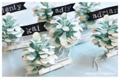 Pinecone Place Card Holders for Winter Dinner Parties. Paper Cards, Diy Paper, Diy And Crafts, Crafts For Kids, Christmas Time, Christmas Ideas, Christmas Ornament Crafts, Types Of Craft, Wedding Place Cards