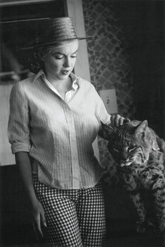 Marilyn Monroe petting what looks to be a wildcat on set of The Misfits. Fotos Marilyn Monroe, Estilo Marilyn Monroe, Norma Jean Marilyn Monroe, Robert Mapplethorpe, Annie Leibovitz, Richard Avedon, Cat People, Norma Jeane, Brigitte Bardot