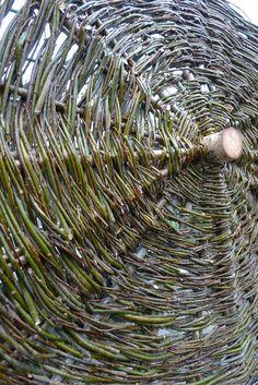 In der aktuellen Landlust stieß ich auf den Artikel 'Ein Baum steht Kopf', in welchem eine gute Anleitung zu finden ist, wie ein Tannenbaum zum Sonnenschirm wird. Nun war mir klar, wie ich die dünnen Seitentriebe der vor kurzem verarbeiteten Weidenäste (für den Weidenzaun) weiterverarbeiten konnte. Einen geraden Birkenstamm (ca. 10 cm dick … Willow Weaving, Little Houses, Trellis, Vines, Sculptures, Outdoor, Decor, Balcony, Shelter