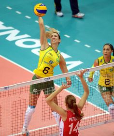 WOMEN'S WORLD CUP: the Brazil won this Saturday (04.10) the clash against Russia by 3 sets to 1 (25x17, 25x27, 25x19 and 27x25) maintained its invincibility and dispute the Group's leadership on Sunday against the United States. The highlight of the match was the Tamu Center that scored 22 points, and lock 07.