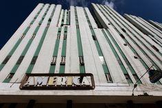 O Teatro America, desenhado pelos arquitetos Fernando Martinez Campos e Pascual de Rojas, foi aberto em 1941. A fachada mantém os traços verticais e as janelas estreitas distribuídas em veios regulares