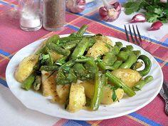 Mâncare de fasole verde cu cartofi noi - o rețetă preferată de vară destul de simplă, foarte gustoasă și consistentă! - Bucatarul Romanian Food, Asparagus, Food And Drink, Healthy Recipes, Meals, Vegetables, Salads, Studs, Meal