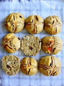 """Voňavé """"hot cross buns"""" Hot Cross Buns, Muffin, Breakfast, Food, Morning Coffee, Eten, Cupcakes, Muffins, Meals"""
