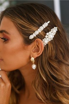How to Style Hair Clips is part of Pearl hair clip - The hair clip trend is definitely bringing me back to when I was a kid again, and I'm not mad about it! Hair clips have been around for a hot minute now, and there's so… View Post Clip Hairstyles, Fancy Hairstyles, Wedding Hairstyles, Hairstyles 2016, Hair Inspo, Hair Inspiration, Prom Hair, Curly Hair Styles, Hair Clip Styles