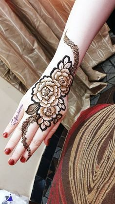 Simple Mehendi designs to kick start the ceremonial fun. If complex & elaborate henna patterns are a bit too much for you, then check out these simple Mehendi designs. Simple Mehndi Designs Fingers, Floral Henna Designs, Finger Henna Designs, Latest Bridal Mehndi Designs, Modern Mehndi Designs, Mehndi Design Pictures, Mehndi Designs For Girls, Dulhan Mehndi Designs, Beautiful Henna Designs