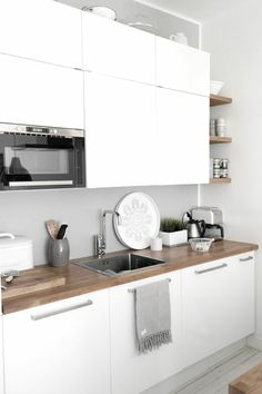 Scandinavian kitchen decor belongs to the most perfect decorations for a modern kitchen. We have a collection of Scandinavia kitchen decor ideas to consider. Home Interior, Kitchen Interior, New Kitchen, Kitchen Decor, Kitchen Wood, Kitchen Ideas, Kitchen Modern, Kitchen Sink, Kitchen Walls