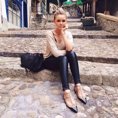 Casual outfit // love the valentino shoes and leather jeggings Valentino Rockstud Flats, Valentino Rockstud Shoes, Preppy Style, My Style, Kristina Bazan, Flats Outfit, Beige Shoes, Vogue, Cute Fall Outfits
