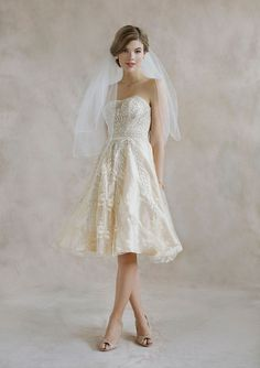 Super cute pairing of a short wedding dress and two-tier, rolled edge veil!