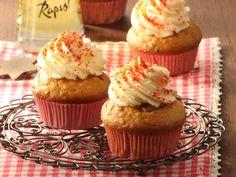 Stollen-Cupcakes mit Frischkäse-Frosting | Zeit: 40 Min. | http://eatsmarter.de/rezepte/stollen-cupcakes-mit-frischkaese-frosting