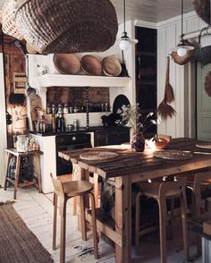 Eat In Kitchen, Rustic Kitchen, Country Kitchen, Rustic Farmhouse, Kitchen Dining, Dining Rooms, Kitchen Ideas, Rural Retreats, Slow Living