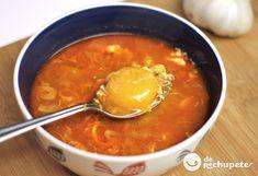 Cómo preparar unas sopas de ajo o sopas Castellana. Una de las recetas más humildes y famosas del recetario español. Preparación paso a paso, foto y trucos.