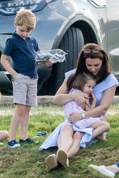 Catherine, Duchess of Cambridge with Princess Charlotte of Cambridge and Prince George of Cambridge during the Maserati Royal Charity Polo Trophy at Beaufort Park on June 2018 in Gloucester,. Get premium, high resolution news photos at Getty Images William Y Kate, Prince William And Catherine, George Of Cambridge, Duchess Of Cambridge, Kate Middleton, Prinz Philip, Herzogin Von Cambridge, Prince George Alexander Louis, Princesa Kate