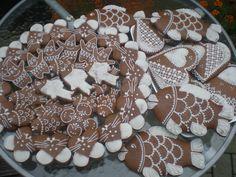 Perníčky zdobené klasickou bílou polevou