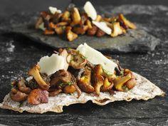 Knackiges Brot mit gemischten Pilzen und Parmesan | Zeit: 45 Min. | http://eatsmarter.de/rezepte/knackiges-brot-mit-gemischten-pilzen-und-parmesan