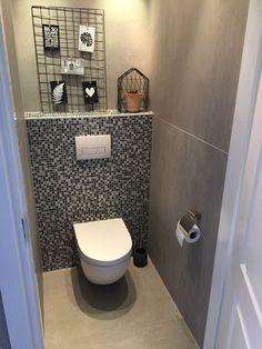 * XXL-tegels op de vloer en wand van het toilet (120x120!) met mozaïek op de achterwand (36-GE), Tegelhuys (Gieten / Wijhe). Modern Toilet, Small Toilet, Bathroom Under Stairs, Common Room, Toilet Design, Big Bathrooms, Bathroom Renovations, Indoor, House