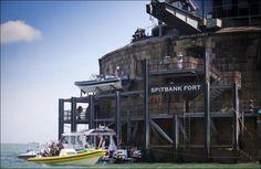 #интересное  Место, где можно переждать зомби-апокалипсис (13 фото)   Форт Spitbank расположен недалеко от южного побережья Англии. Построенный 136 лет назад, он должен был обеспечивать защиту Британского флота. В результате бомбардировок во время Второй мировой войн�