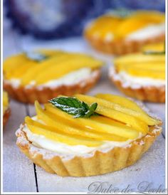 Mangové tartaletky s krémom z kokosu a bielej čokolády Mini Desserts, Pavlova, Food Inspiration, A Table, Mango, Cheesecake, Food And Drink, Sweets, Cooking