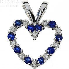 Smykke i tidløs eleganse! Hjerte hals smykke med vakre safirer og diamanter i 14KT (585) hvitt gull. Diamantene er på til sammen 0,50CT TWSI. Safiren er meget hardfør og er derfor meget godt egnet til smykker. Gi henne regnbuen!