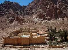 Sint-Catharinaklooster op de 2285 meter hoge Mozesberg in de Sinaï woestijn in Egypte