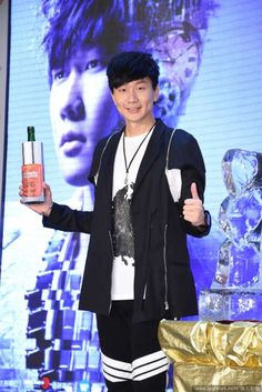 "(Toggle) At the press conference for his concert ""JJ Timeline: Genesis World Tour"" scheduled to take place in Kaohsiung later this year, JJ Lin expressed his excitement as it'd be his first performance at the Kaohsiung Arena.  http://www.chinaentertainmentnews.com/2015/08/jj-lin-is-billion-dollar-man.html"