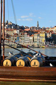 Barris de Vinho do Porto, num barco rabelo, no rio Douro, Cais de Gaia.