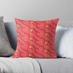 Appropriez-vous votre espace avec des coussins originaux, aux couleurs vives. Imprimé de chaque côté de l'œuvre de votre choix. La housse de coussin 100 % polyester filé est douce et résistante (peut être achetée avec le coussin de garnissage en polyester). La fermeture éclair est dissimulée pour un aspect impeccable et un entretien facile. Polyester, Throw Pillows, Boutique, Bed, Curtains, China, Zipper, Outer Space, Slipcovers
