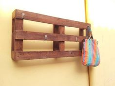 Perchero Recycled Crafts, Diy Crafts, Palette Furniture, Hanging Racks, Repurposed, Upcycle, Recycling, Shelves, Projects