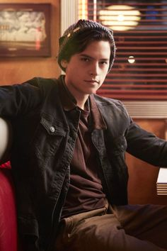 Riverdale: In season 3 we finally get two important .- Riverdale: In der Staffel bekommen wir endlich zwei wichtige Figuren zu sehen In Season 3 of Riverdale, we& finally getting to know Jughead Jones& family! Cole M Sprouse, Cole Sprouse Jughead, Dylan Sprouse, Riverdale Memes, Riverdale Cast, Dylan Et Cole, Cole Sprouse Lockscreen, Cole Sprouse Wallpaper Iphone, Zack Y Cody