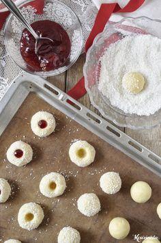 Μπισκότα βουτύρου με καρύδα & μαρμελάδα / Strawberry coconut thumbprint cookies Thumbprint Cookies, Greek Recipes, Griddle Pan, Biscotti, Food And Drink, Strawberry, Coconut, Sweets, Fruit