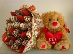 Chocolate covered strawberry bouquet and a stuffed animal? Food Bouquet, Candy Bouquet, Edible Fruit Arrangements, Happy Birthday Flower, Valentine Chocolate, Chocolate Art, Chocolate Brown, Chocolate Dipped Strawberries, Chocolate Bouquet