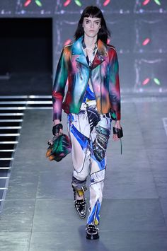 Ela roubou as atenções do desfile anterior da Louis Vuitton, de outono-inverno 2015/16: a australiana Fernanda Ly é quem abre o desfile de primavera-verão 2016 da marca na Semana de Moda de Paris assumindo em definitivo o posto de uma das musas de Nicolas Ghesquière.