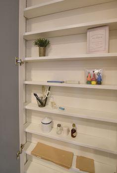 福岡市【u様邸】家事動線と使いやすい収納にこだわった、平屋感覚で暮らせるスッキリした家、完成しました! | 福岡・唐津の注文住宅 ロイヤルハウス(有)イモト Bathroom Medicine Cabinet, Bookcase, Shelves, Home Decor, Shelving, Decoration Home, Room Decor, Book Shelves, Shelving Units