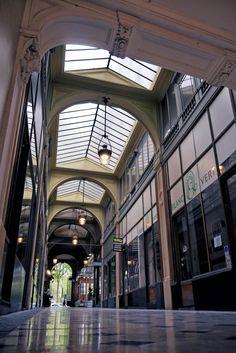 La GALERIE DE LA MADELEINE est un passage couvert situé dans le 8e arrondissement de Paris, FRANCE, entre le no 9 de la place de la Madeleine et le no 30 de la rue Boissy-d'Anglas.Date de création : 1845,.........SOURCE WIKIPEDIA.ORG........