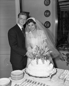Florida Memory - Portrait of Priscilla Ziff and John Morgan Stafford cutting their wedding cake. Florida Memory - Portrait of Priscilla Ziff and John Morgan Stafford cutting their wedding cake. Barn Wedding Photos, Funny Wedding Photos, Vintage Wedding Photos, Vintage Bridal, Vintage Weddings, Wedding Pictures, Vintage Gowns, Vintage Clothing, Vintage Photos