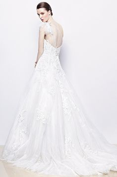 A-line gown in tulle and lace appliqué with sweetheart neckline and an illusion one shoulder. Enzoani, 2014