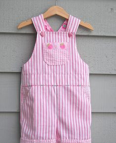 Sewing Clothes Make It: Little Girl's Overalls - Free Pattern Baby Clothes Patterns, Kids Patterns, Clothing Patterns, Baby Outfits, Toddler Outfits, Kids Outfits, Children's Outfits, Toddler Fashion, Fashion Kids
