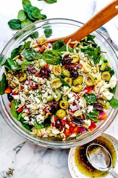 Crunchy fresh vegetables and leafy spinach pair with orzo pasta and briny olives and feta cheese for an easy pasta salad perfect for meal. Orzo Recipes, Cooking Recipes, Healthy Recipes, Vegetable Salad Recipes, Recipes Dinner, Orzo Salat, Manger Healthy, Easy Pasta Salad, Vegetarian Pasta Salad