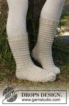 """Strikkede DROPS sokker i """"Karisma"""" med strukturmønster. Str 22 - 37 ~ DROPS Design"""