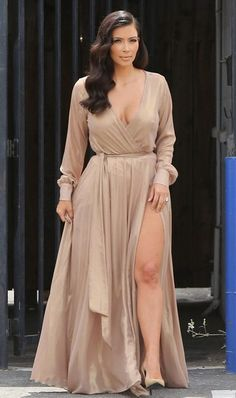 Kim Kardashian wearing Michael Costello gold long sleeve wrap gown and Saint Laurent tan suede pumps Post Baby Fashion, Look Fashion, Look Kim Kardashian, Kardashian Shoes, Kardashian Fashion, Michael Costello, Pernas Sexy, Kim K Style, Look Girl