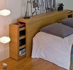 Cette tête de lit comporte des petites étagères coulissantes qui savent se faire discrètes.