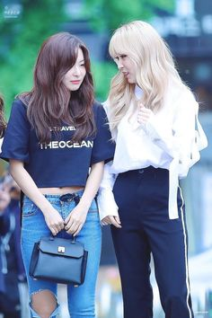 MAMAMOO's Moonbyul is making a solo debut and she's recruited her close friend Red Velvet's Seulgi to feature on her track and music video. Mamamoo Moonbyul, Kang Seulgi, Red Velvet Seulgi, Red Queen, Girl Next Door, K Idols, Girl Crushes, Kpop Girls, Girly Things