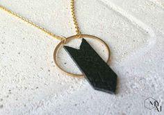Collier avec pendentif chevron en cuir. #jewelry #bijou #cuir #leather
