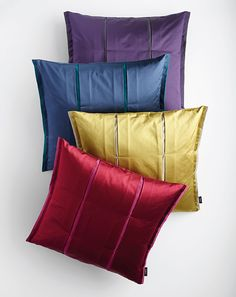 This cushion design by SAHCO picks up the block stripe pattern of the decoration fabric SOLICE. The fabric is pleated and fixed with sewn tabs to create a pocket pleat which experiments with matt and shine effects and with different shades of colour. The modern look is emphasized by the upright hem at the sides.
