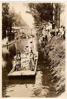 Celebrando la flor mas bella del ejido a principios del siglo pasado, Canal de La Viga.