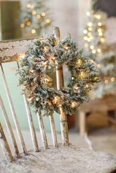 Rustic Christmas decorations are one such comfortable feel decoration that reminds us about the festive that is soon approaching and also promotes the warmth of the rooms. Here are some ideas promoting the rustic feel in the festive and holiday season. Merry Little Christmas, Noel Christmas, Country Christmas, All Things Christmas, White Christmas, Christmas Wreaths, Christmas Decorations, Christmas Chair, Simple Christmas